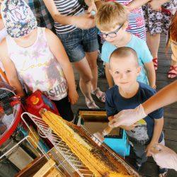 Dzieci próbują same odsklepiać ramki