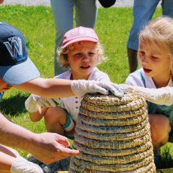 Dzieci świetnie się bawiły przy oklajaniu kószki