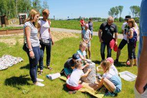Dzieci oklejają kószkę słomianą
