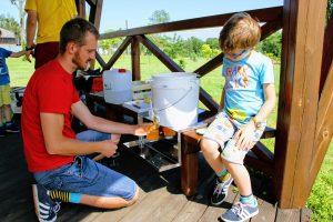 Dzieci z uwagą przyglądają się każdej czynności pszczelarza